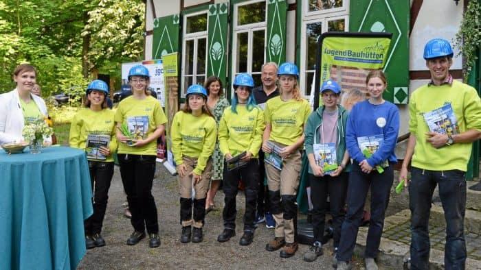 Die Teilnehmer der ersten Jugendbauhütte des Ortskuratoriums Helmstedt der Deutschen Stiftung Denkmalschutz werden von Sonja Peltzer-Montfort und Karl-Heinz Broska (hinten Mitte) begrüßt. Foto: Dirk Fochler / regios24