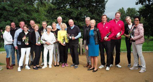 Erika Borek (blaues Kleid), Vorsitzende der Hospiz Stiftung für Braunschweig, im Kreis der Siegerinnen und Sieger. Foto: privat