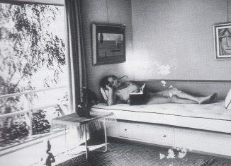 Galka Scheyer in ihrem Haus in den Hügeln von Hollywood zeigt, das sie von 1934 an bewohnte. Foto: Alexander Hammid, used by permission of Julia Hammid & Estate of Tino Hammid