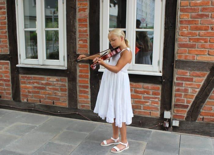 Jil probiert ihre neue Geige aus – die Elfjährige kann nur dank einer speziellen Hörprothese etwas hören. Foto: Aktion Kindertraum