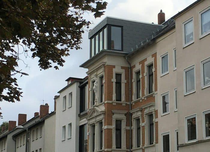 Moderner Aufbau auf dem Gebäude Jasperalle 59, links und rechts Nachkriegsbauten. Foto: Der Löwe