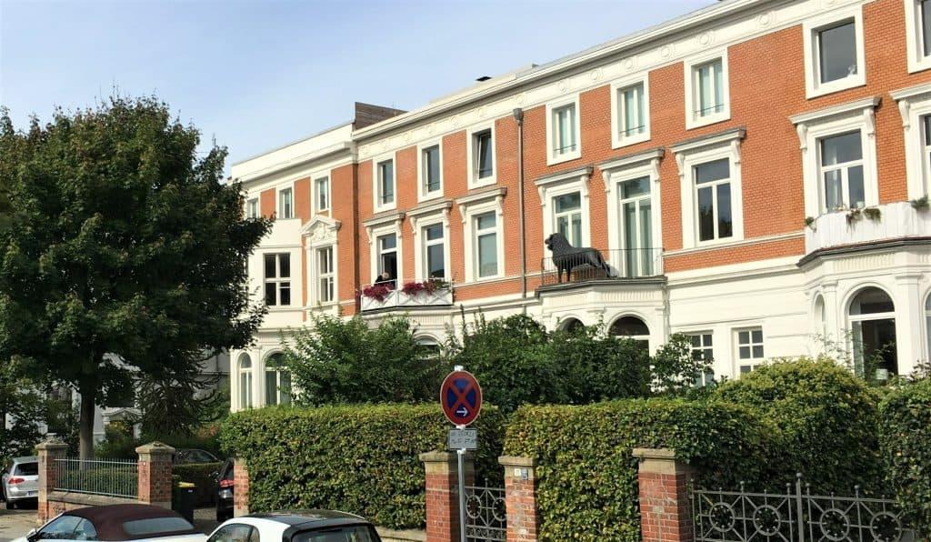 Die sogenannten Bremer Häuser sind ein Markenzeichen der Jasperallee. Die Reihe umfasst elf Gebäude. Foto: Der Löwe