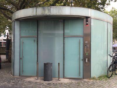 Bleibt dezent im Hintergrund: öffentliche WC-Anlage am Kohlmarkt. Foto: Der Löwe