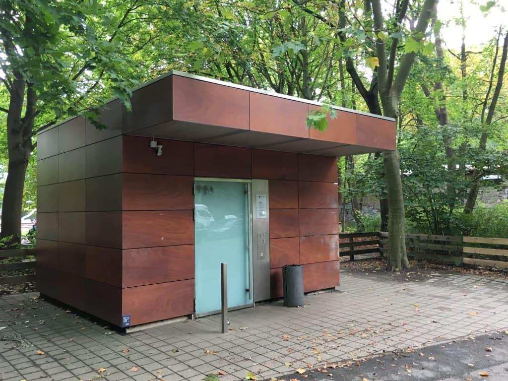 Fügt sich harmonisch ins Umfeld ein: öffentliche WC-Anlage an der Herzogin-Elisabeth-Straße. Foto: Der Löwe