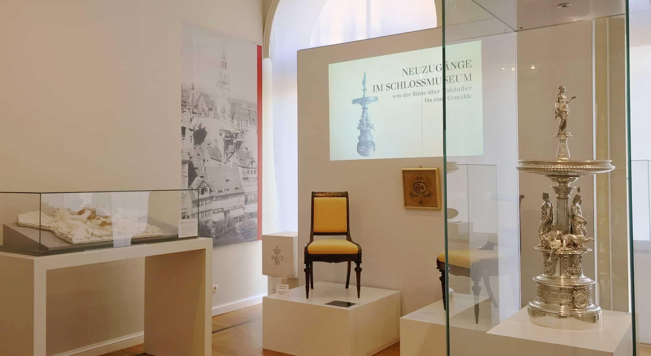 Kleine Sonderausstellung im Schlossmuseum für die Neuzugänge: rechts der prachtvolle Tafelaufsatz von Herzog Wilhelm. Foto: Schlossmuseum Braunschweig