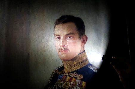 Führung mit dem Nachtwächter: Gemälde von Herzog Ernst August im Lichtkegel einer Taschenlampe. Foto: Schlossmuseum Braunschweig