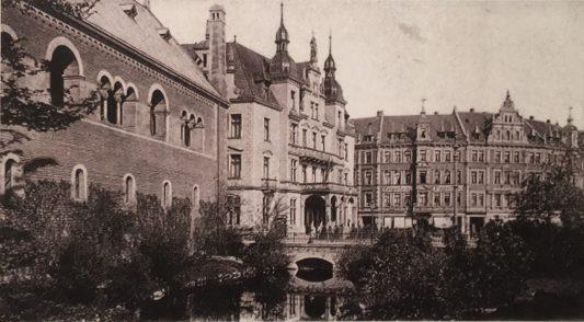 Der wieder hergestellte Burggraben mit Deutschem Haus, um 1900. Foto: E. Arnhold