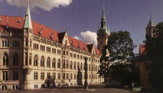 """Ruhfäutchenplatz mit Rathaus und Säule """"200 Jahre Christentum"""". Foto: E. Arnhold"""